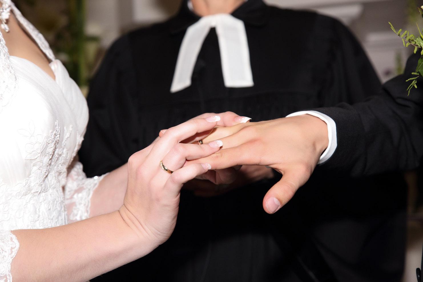 Eheringe tauschen bei Hochzeitsfotografie authentisch und modern