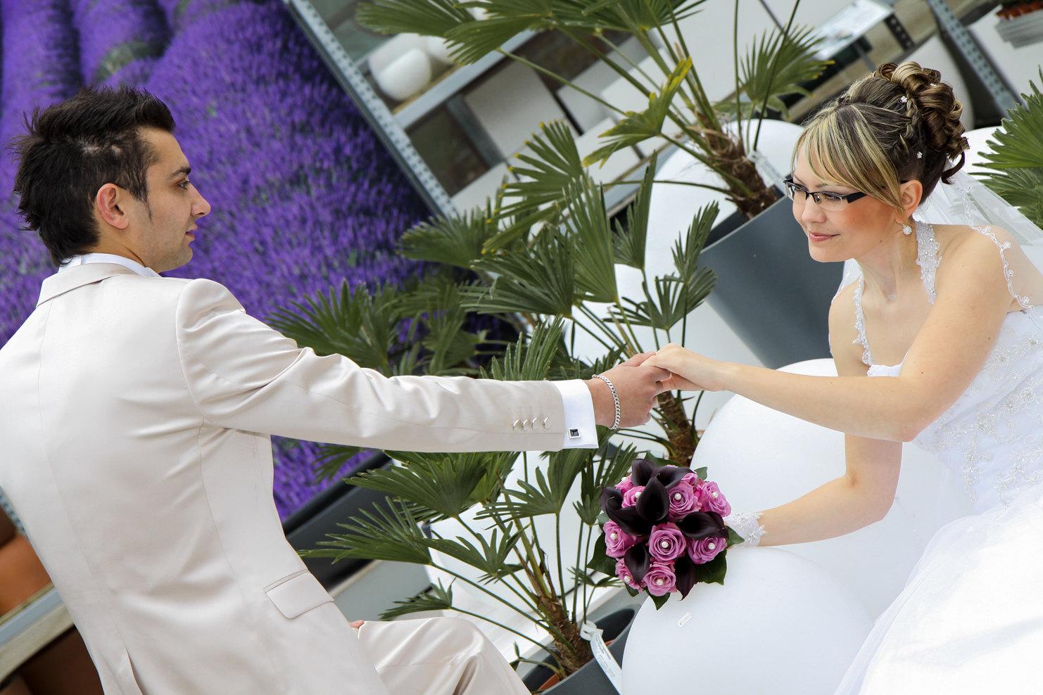 Hochzeitsfotografie authentisch und modern - Braut und Breutigam halten sich die Hände